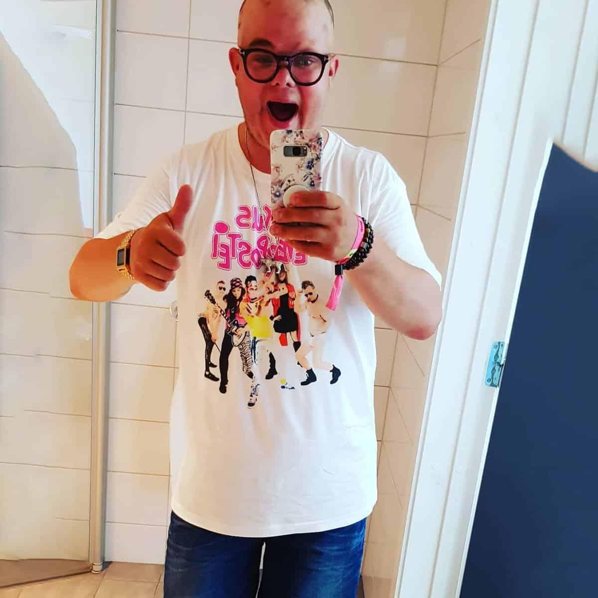 Luxus Leverpostei | Hvit t skjorte med band motiv | RiffRaff.no